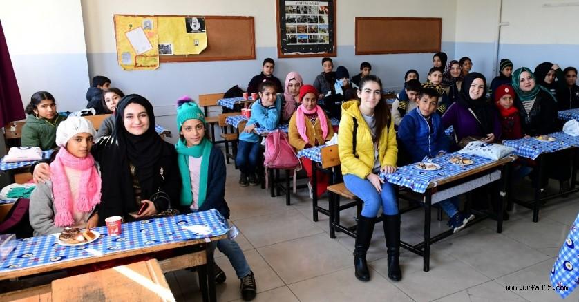 Gençlerden 'Bir Atkı Da Sen Ör Anne Projesi'
