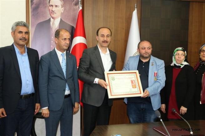 İstanbul şehit aileleri derneğinden Vali Erin'e plaket
