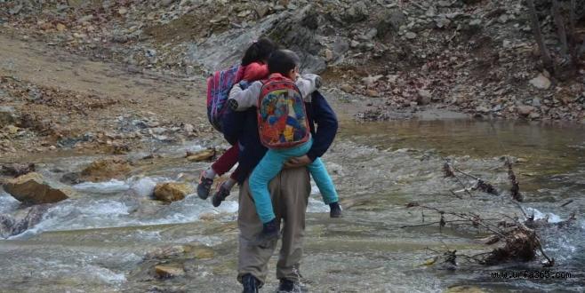 Öğrencilerin Köprüsüz Dereyle Zorlu İmtihanı