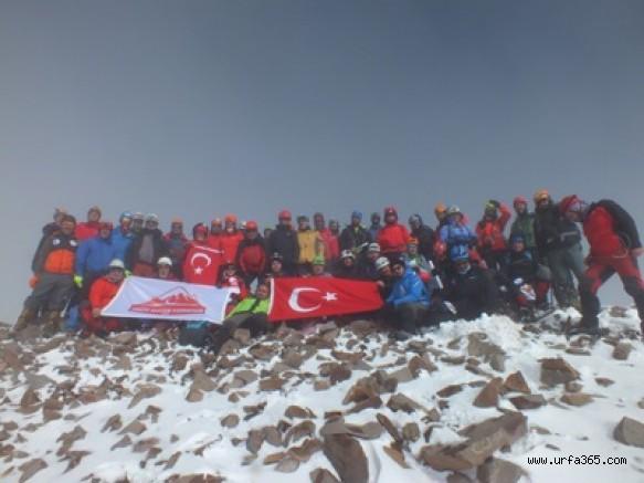 Şanlıurfa Urfadoskl'u dağcımız Cumhuriyetin 96. Yılını Erciyes Dağının zirvesinde Kutladı